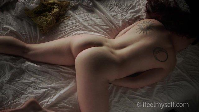 Шикарная красотка мастурбирует на камеру