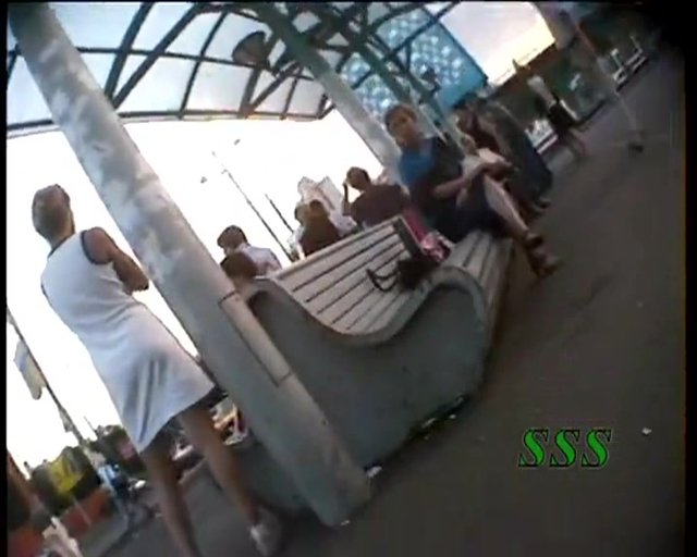 Заглянул скрытой камерой под подол платья