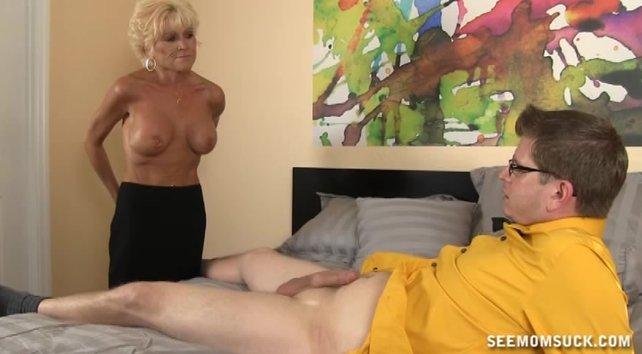 Мать завалила сына на кровать и стала страстно сосать его член