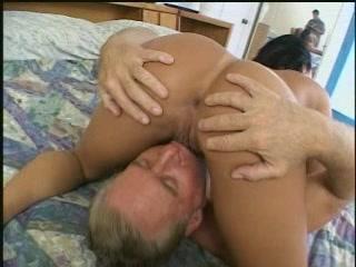 Возбудила дедка своей дыркой и хорошо потрахалась