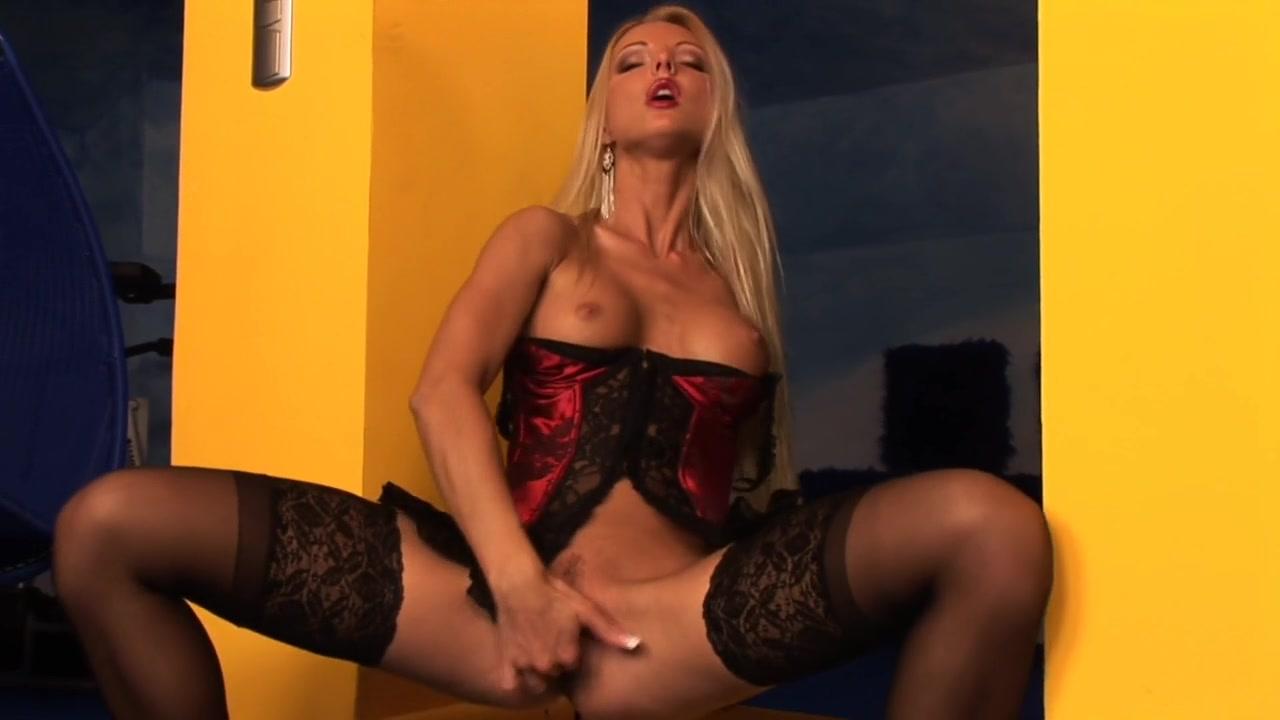 Соло блондинки в эротичном наряде