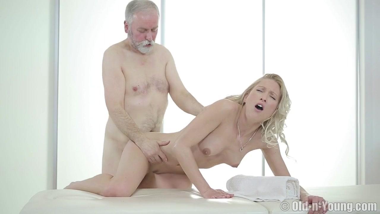 Массажистка трахается со старым дедом