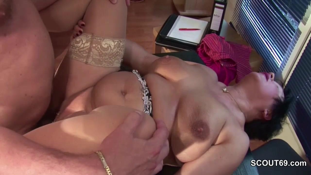 Жирная старуха с пирсингом вагины отчитала подчиненного сексом
