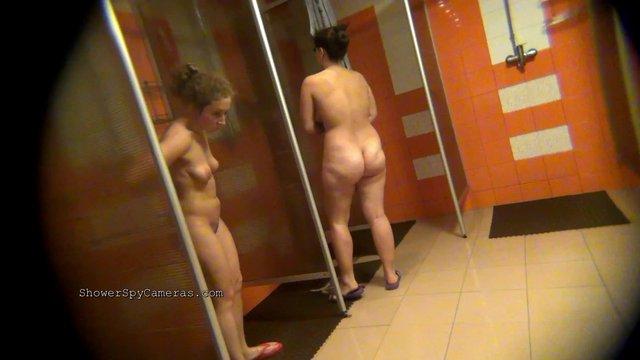 Жопастые дамы принимают душ