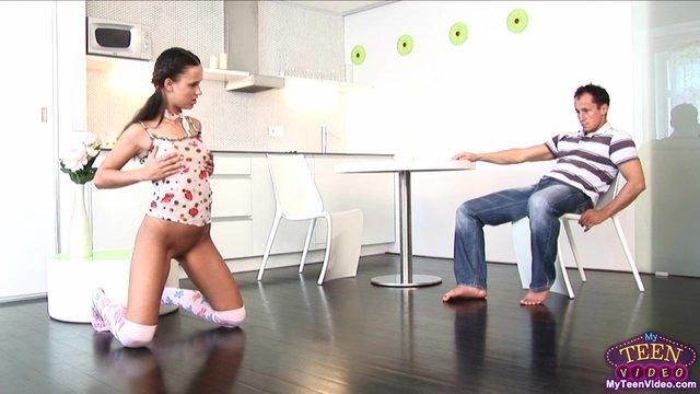 Раскованная девка устраивает горячее секс шоу перед парнем