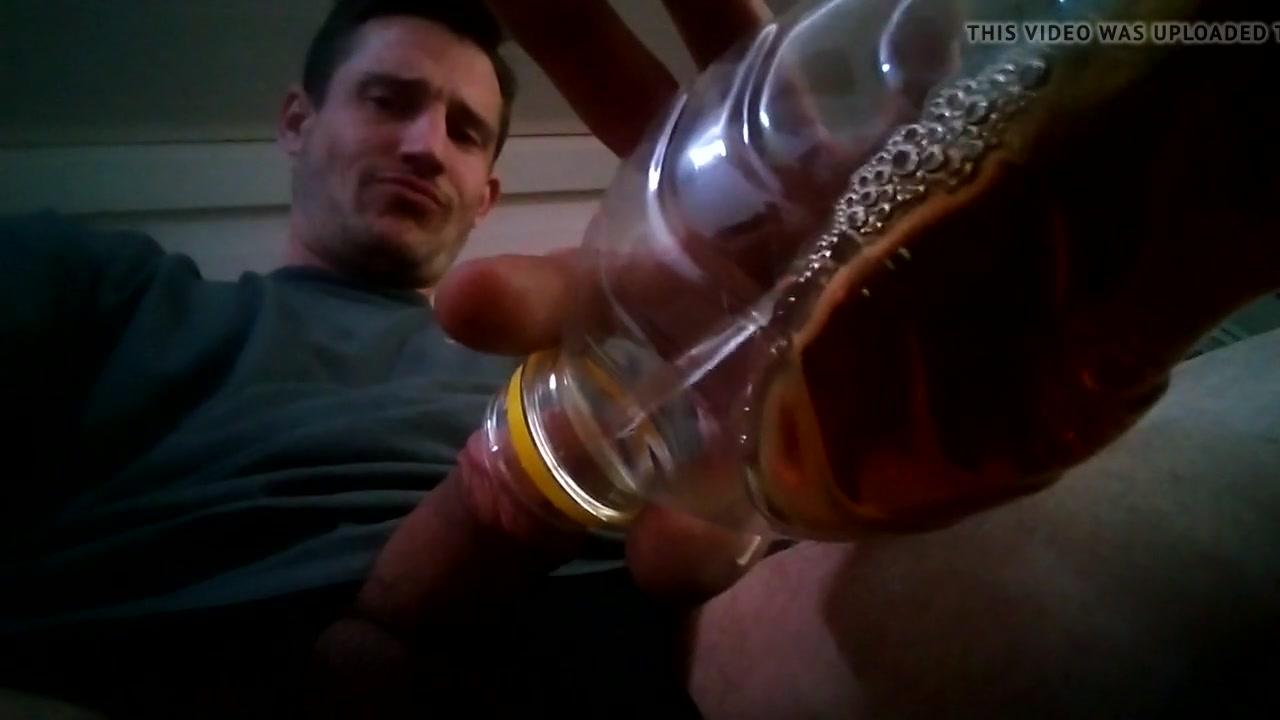 Нассал в бутылку с чаем и разболтав выпил