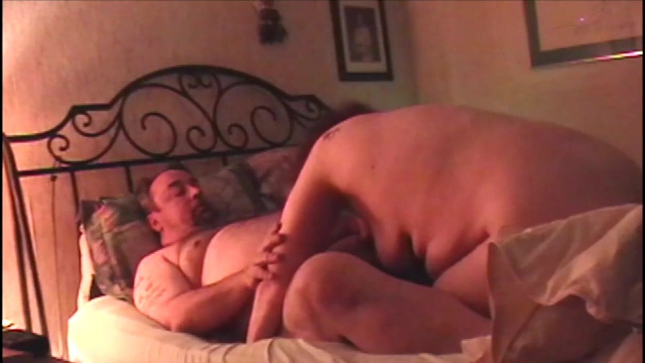 Толстушка разрядила член мужа минетом