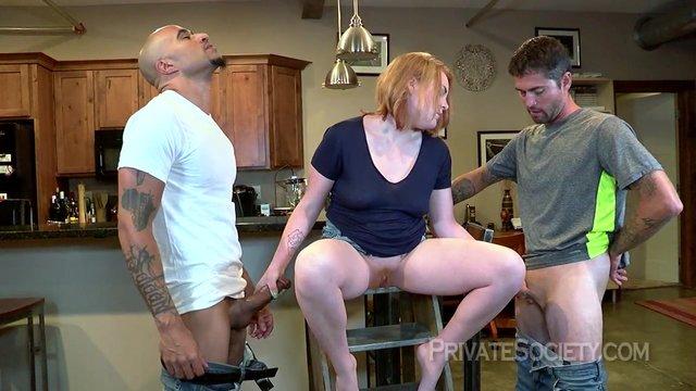 Возбужденная домохозяйка в групповом сексе с любовниками