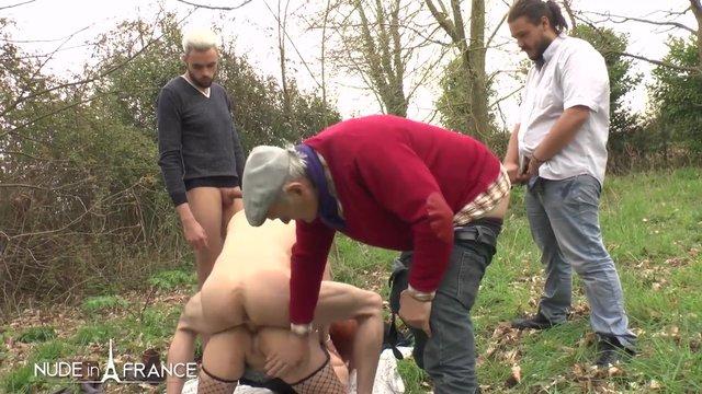Разделил жену с тремя мужиками на поляне
