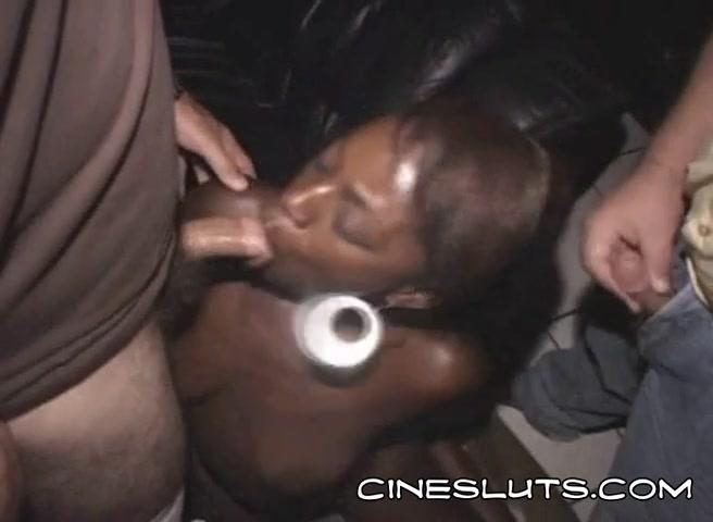 Негритянка делает минет двум мужикам