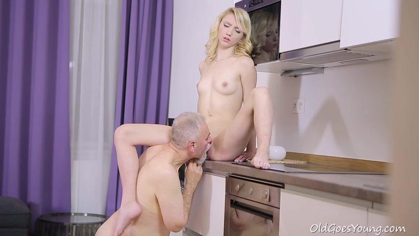 Дедок трахает молодую внучку на кухне
