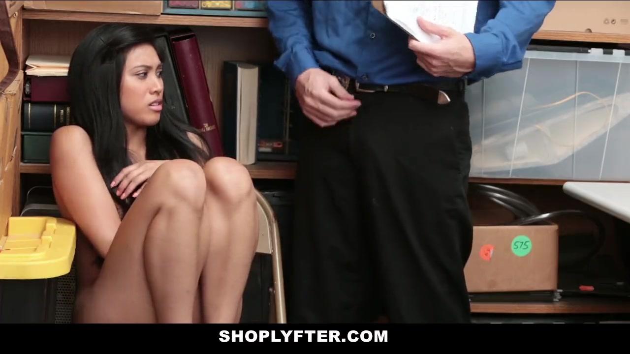 Азиатка вынуждена раздвигать ноги при собеседовании на работу
