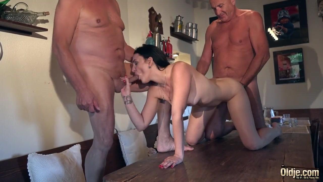 Два деда трахают девушку на столе