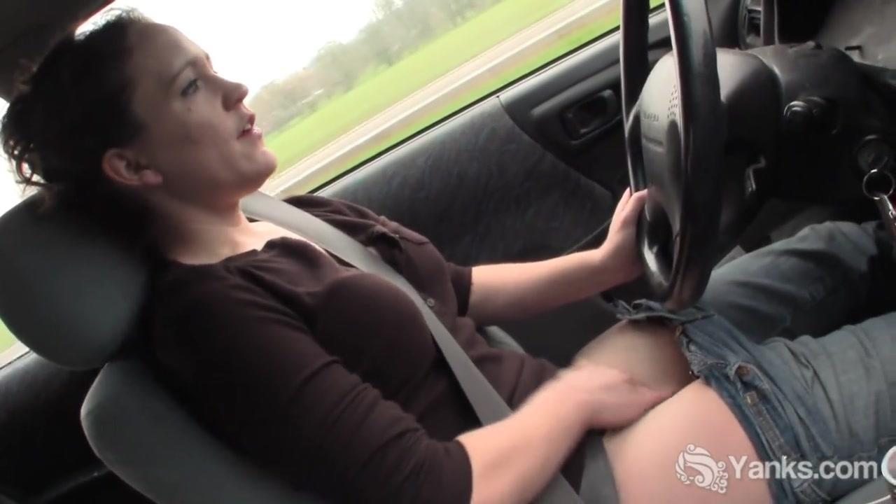 Тетенька подрачивает пизденку за рулем автомобиля