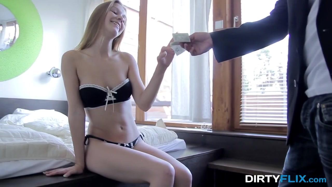 Девка за деньги наслаждается сексом