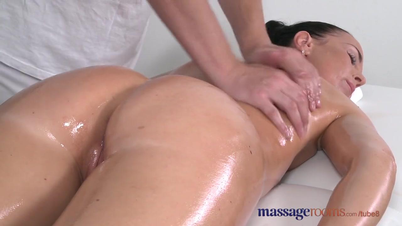 Телочка в масле во время массажа дошла до сквирта