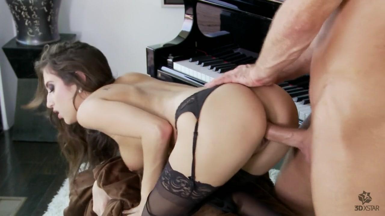 Заскучавшая по сексу крошка отдалась около рояля