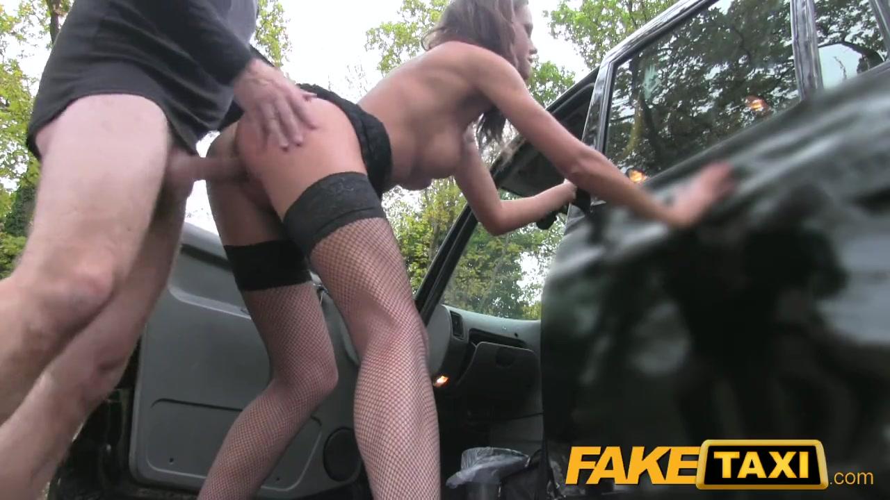 Водитель фейк такси трахает девку в анус