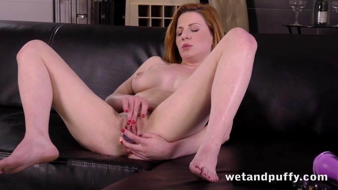 Сексуальная рыженькая наслаждается собой